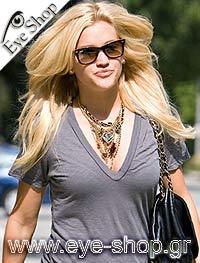 Ashley Robertsμε τα γυαλιά ηλίου RayBan2140 Wayfarer