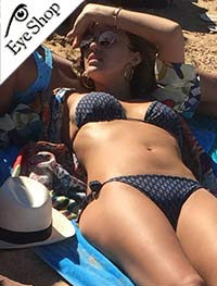 Jessica Albaμε τα γυαλιά ηλίου Rayban3447N