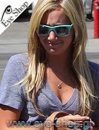 Ashley Tisdaleμε τα γυαλιά ηλίου RayBan2140 Wayfarer