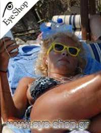 Ελένη Μενεγάκημε τα γυαλιά ηλίου RayBan2132 New Wayfarer