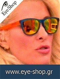 Ελένη Μενεγάκημε τα γυαλιά ηλίου OakleyFrogskins 9013