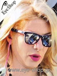 Ελένη Μενεγάκημε τα γυαλιά ηλίου OakleyFrogskins LX 2043