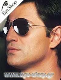Σάκης Ρουβάςμε τα γυαλιά ηλίου RayBan3025 aviator
