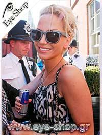 Sarah Hardingμε τα γυαλιά ηλίου RayBan2140 Wayfarer