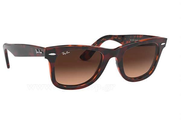 1189e64d00 Νίνος Ξυπολητάς φορώντας τα γυαλιά ηλίου RayBan 2140 Wayfarer