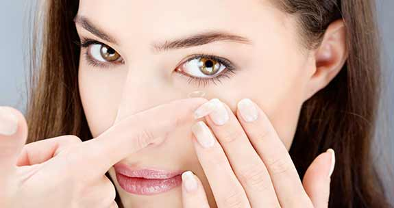 Contact lenses, how to put them out